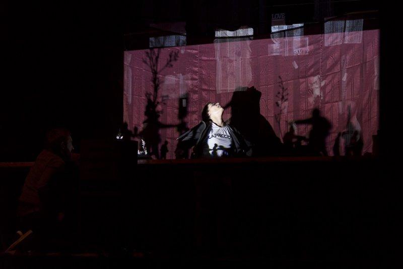 """Teatro Comunale Giuseppe Verdi (PN). 28.02.2018. """"Senza parlare"""". Drammaturgia e regia: Lisa Moras. Scenografia e costumi: Stefano Zullo. Musiche e disegno luci: Alberto Biasutti. Con: Marco S. Bellocchio e Caterina Bernardi. Assistente alla scenografia Martina Dimastromatteo. Produzione Teatro Comunale Giuseppe Verdi - Pordenone. Nato da uno studio di about:blank sostenuto dal Centro Benedetta D'Intino e Fondazione Paola Frassi. Foto © Sonia De Boni"""